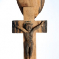 Isaac Nkululeko Makeleni - Cross. Jarrah (railway sleeper), barbed wire, nails, 129 x 25 x 12 cm, 1996 (Collection: M. Makeleni, Cape Town: Photo: C. Beyer
