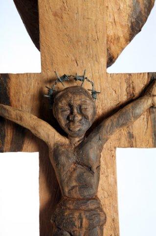 Isaac Nkululeko Makeleni - Cross. Jarrah (railway sleeper), barbed wire, nails, 129 x 25 x 12 cm, 1996 (Collection: M. Makeleni, Cape Town: Photo: C. Beyer