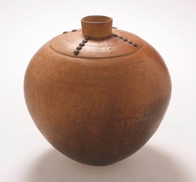 <em>Water jar</em>, 2006. Smoked terracotta and tacks, 25 x 25 cm (Image courtesy of DAG)