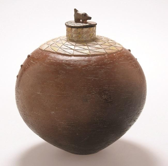 <em>Bushpig Jar II</em>, 2006. Smoked terracotta, 25 x 22 cm (Image courtesy of DAG)