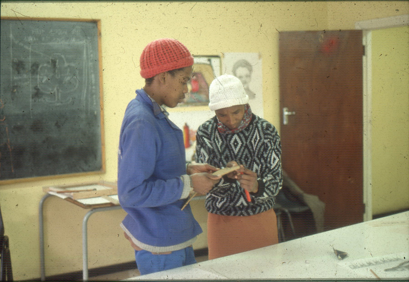Nstikellelo Ndongeni and Sophie Peters, Visual Arts Group workshop, Zolani Centre, Nyanga East, 1992 (photo: MP)