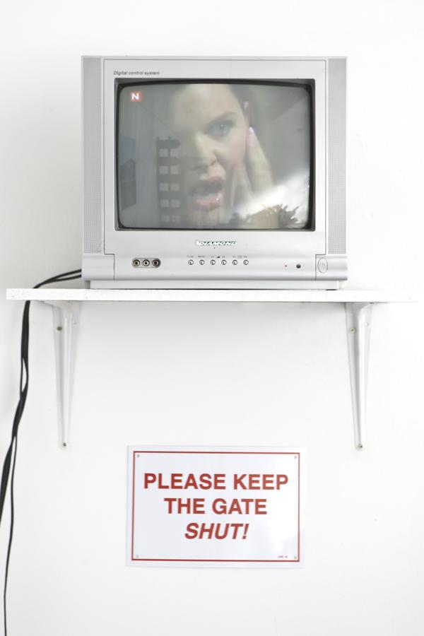 please_keep_the_gate_shut